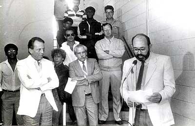 Tojal discursa na inauguração do prédio da FEF em 1986; Pinotti (esq) era o reitor (Fotos: Arquivo FEF)